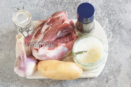 На 1 порцию у нас пойдёт по 100 г баранины (жирненькой, с лопаточки) и по 500 г картошки. Итого 400 г баранины и 2 кг картошки. Соль и перец, в принципе, по вкусу. Я делала сразу 4 горшка: на 2 кг картошки брала 1 столовую ложку соли без верха, плюс ещё по щепотке просолить мясо. Особый компонент этого рецепта — вытопленный из гуся, в процессе запекания, жир. Имеется в виду, — можно взять абсолютно любой животный жир, который есть под рукой, просто у меня сейчас имеется в хозяйстве именно гусиный. Его 2 ст. л. с верхом. Ещё приправы: по зубчику чеснока и веточке тимьяна на горшок.