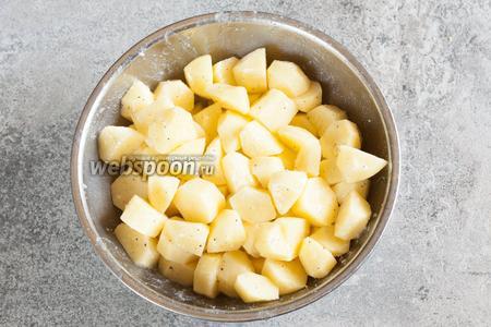 Плюхаем в картошку 2 столовых ложки животного жира, солим и перчим, и как следует перемешиваем картошечку руками, так, чтобы её равномерно покрыли жир, соль и перец.