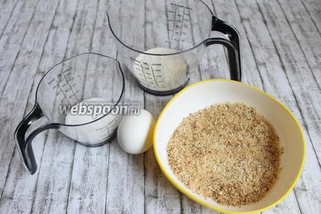 Итак делаем в первый день биксвит и карамель. Для бисквита нам нужны яйцo, сахар, миндальная или ореховая крошка, мука.