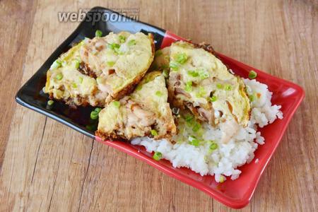 Зелёный лук измельчить и посыпать им готовое блюдо. Подавать в горячем виде. Приятного аппетита!