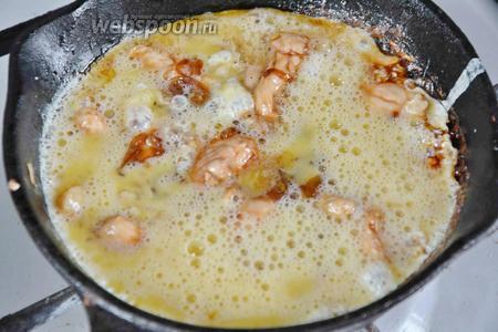 Выливаем яичную смесь на сковороду, стараясь равномерно покрыть всё мясо. Накрываем сковороду крышкой и готовим омлет 3-4 минуты, не мешая, пока яйца как следует не схватятся.