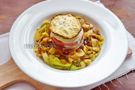 Сервируем тарелки, положив по кругу лапшу, а в центр выложив овощную «башенку».