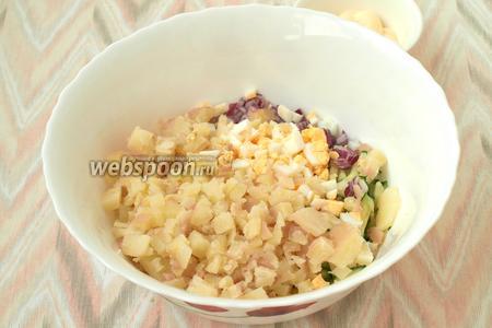 Очищаем сваренный картофель и яйца, нарезаем всё кубиками. Добавляем их в миску.