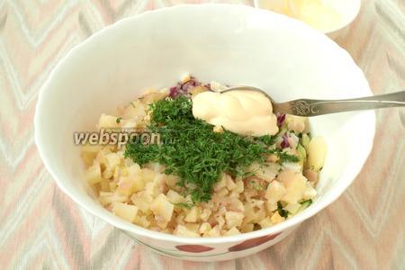 Мелко нарезаем укроп, добавляем его в салат. Также добавляем майонез.