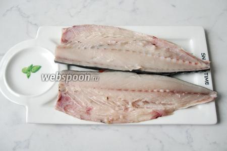 Разрезать рыбу пополам вдоль спинки. Удалить хребет и мелкие косточки. Нам нужно только филе.