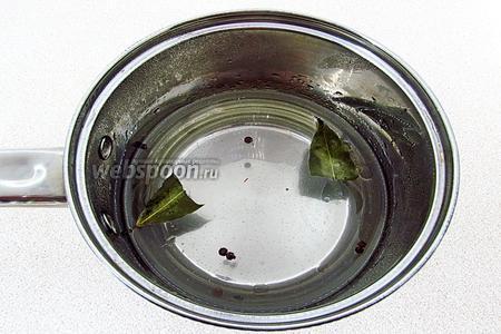 В кастрюлю вылить воду, добавить масло, пряности, соль и довести до кипения. Посуду снять с огня, вылить в неё уксус, плотно закрыть крышкой и оставить для настаивания на 10 минут.