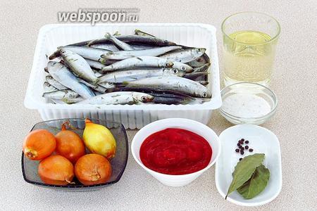 Для приготовления блюда нужно взять свежемороженую кильку, репчатый лук, томатное пюре, подсолнечное рафинированное масло, горошины чёрного перца, лавровый лист и соль. В ингредиентах указан вес очищенной кильки.