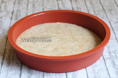 Выливаем массу в форму 20 см и выпекаем бисквит 12 минут при 170 градусов.