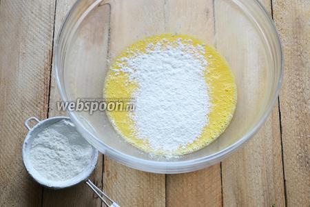 Частями вводим просеянную муку. В зависимости от размеров яиц может понадобиться больше или меньше муки. В данном рецепты я использую домашние яйца, поэтому маульташен в результате получились насыщенного желтого цвета.