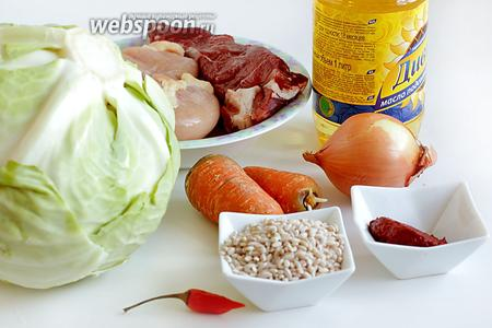 Для приготовления голубцов с перловкой возьмём два вида мяса — говядину и курицу, масло растительное, морковь, лук, томатную пасту, перец, специи, капусту.