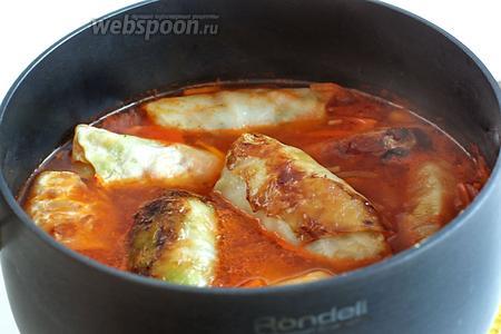 Сложить обжаренные голубцы в приготовленный соус, добавить лавровый лист и тушить до готовности и мягкости капусты.