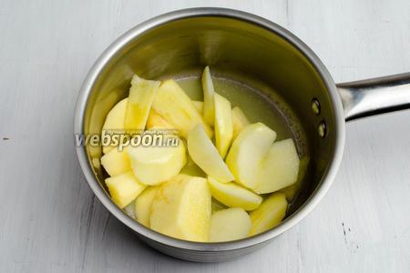 Яблоки вымыть. Очистить от кожуры. Нарезать дольками. Взбрызнуть лимонным соком. Добавить сливочное масло. Тушить на медленном огне до мягкости яблок.