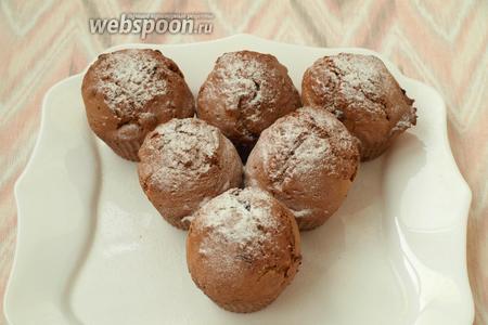 Нагреть духовку до 200°С и печь кексы 20-25 минут. Когда кексы остынут, их можно посыпать сахарной пудрой. Приятного аппетита!