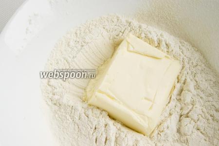 В просеянную муку с разрыхлителем добавьте мягкое масло. Разотрите.