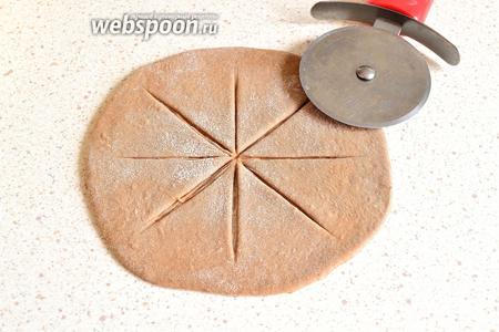 А ещё сделаем 1 сметанник-солнышко. Для этого нужно раскатать тесто в форме круга. Сделать вот такие надрезы, не доходя до края.