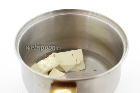 Теперь готовим тесто. В сотейник налейте воду. Добавьте сливочное масло, соль, щепотку шафрана. Отправляем на огонь. Помешивая, доводим до кипения.