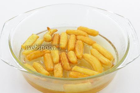 Небольшими порциями опускаем заготовки в остывший сироп на 10-15 минут.