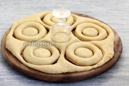 И (или) раскатать пласт и стаканом и рюмкой вырезать кольца.