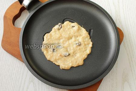 Жарим, как обычные оладьи. Выкладывая тесто по 1.5 ст. л. на горячую сковороду с антипригарным покрытием.
