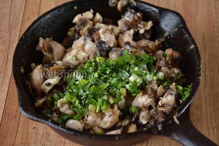 Зелёный лук и укроп измельчить. Добавляем к курице зелень и сливки, чёрный молотый перец и соль. Хорошо перемешиваем.