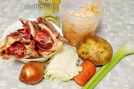 Для щей взять утятину (у меня крылья и шея), капусту квашеную и пекинскую, картофель, морковь, лук, сельдерей, масло, томатную пасту.