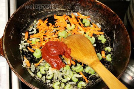 Добавить томатную пасту, немного потушить.