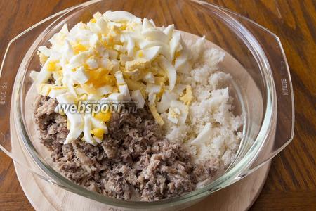 Варёные яйца также мелко порезать и добавить в общую массу.