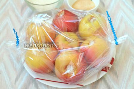 Яблоки помыть, сверху вырезать черенок и посыпать сахаром. Если яблоки сладкие, то можно обойтись и без сахара. Яблоки сложить в пакет и запечь в духовке при 200°С, 15-20 минут.