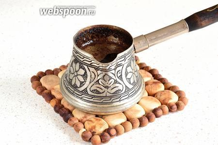 Заранее завариваем крепкий кофе, любым удобным для вас способом. Если варите как я, в турке, то кофе необходимо затем профильтровать, чтобы избавиться от гущи. Далее, кофе нужно полностью остудить и немного охладить.