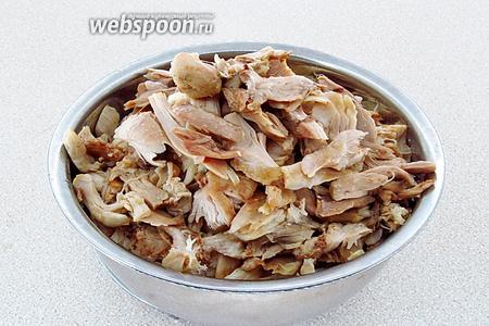 После сигнала готовности, курицу извлечь из мультиварки, остудить и разобрать на кусочки, удалив кости и шкурку.