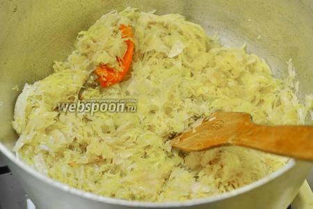 Квашеную капусту отправить в кастрюлю и тушить, постоянно помешивая и доливая небольшое количество воды. Тушить капусту около 30 минут. Квашеную капусту необходимо немного промыть, если она у вас сильно кислая и солёная.