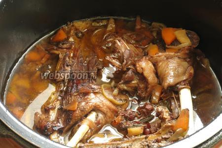 Даём мультиварке остыть, пар не выпускаем и дожидаемся, когда можно открыть крышку, у меня ушло дополнительных 25 минут. За это время продолжается приготовления блюда, мясо млеет.