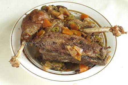 Подаём с овощами. Понравилось это блюдо холодным, розмарин и овощи дополняют мясо.