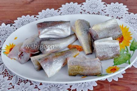 Рыбу вымыть и удалить внутренности. Разрезать на порционные куски.