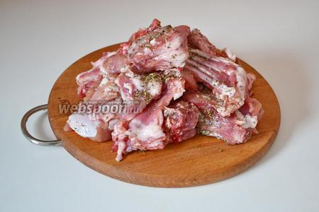Тушку кролика разрезаем на порционные кусочки, солим и посыпаем прованскими травами. Оставляем на 15-20 минут (в это время можно почистить овощи).