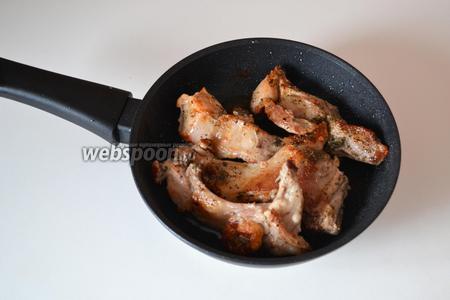 Обжариваем мясо на разогретой сковороде до красивого цвета. При обжаривании мне не понадобилось масло, так как кролик был очень жирным.