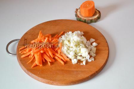 Очищенные овощи нарезаем: морковь — соломкой, лук — кубиком.