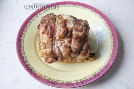 Готовый рулет достать из духовки. Удалить нитки, дать остыть при комнатной температуре и отправить в холодильник до полного остывания. При подаче нарезать на порции. Рулет из свинины с грибами и сыром готов. Подаём на закуску.