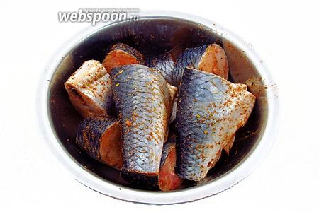 Посыпать кусочки рыбы приправой и перемешать в миске.