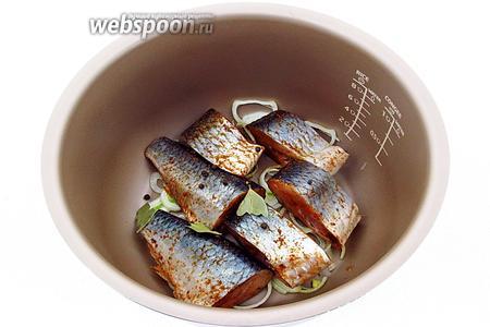 На лук выложить слой рыбы, посыпать её половиной перца и лавровым листом, разломав его на несколько крупных частей.