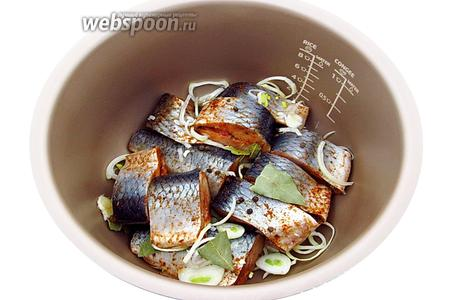 Снова выложить рыбу, перец и лавровый лист.