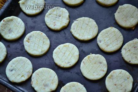 На поверхности кругов сделать ножом крупную сетку. Переложить булочки на лист для выпекания смазанный смальцем или маслом. Оставить на 1-1,5 часа, после чего смазать взбитым яйцом (сверху можно присыпать тмином) и выпекать в духовке, разогретой до 200°С, до готовности.