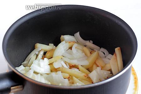 Затем добавить нарезаный лук и жарить до готовности картофеля. Посолить по вкусу.