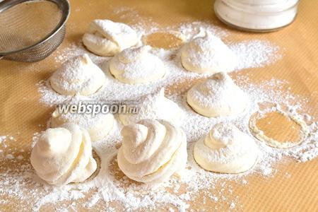 Через сутки обсыпать зефир сахарной пудрой и соединить, приклеить другу к другу зефирки, по 2 штуки.