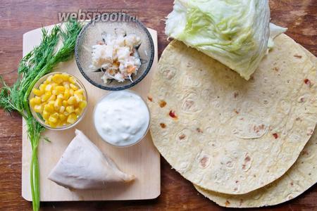 Ингредиенты: салат айсберг, куриное филе отварное, мясо краба, йогурт, кукуруза, укроп, тортильи. Специи я использовала по своему вкусу: соль, орегано, чеснок сушёный и перец чили.