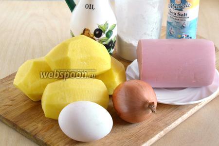 Подготовьте необходимые ингредиенты для драников с колбасой: картофель, варёную колбасу, яйцо, лук, муку, перец, соль и растительное масло для жарки.