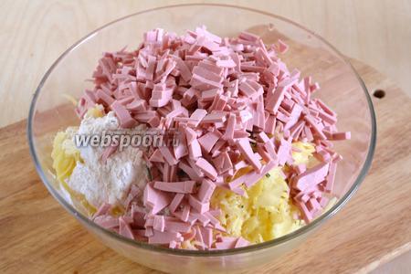 Немного отожмите картофельную массу от лишнего сока, затем добавьте в неё яйцо, муку соль, перец и нарезанную небольшими, тонкими полосками колбасу. Муки указано примерное количество, так как оно зависит от сорта картофеля и сорта самой муки, главное, чтобы масса для драников схватилась и не разваливалась при обжаривании. Но и перекладывать муки не стоит, иначе получатся оладьи.