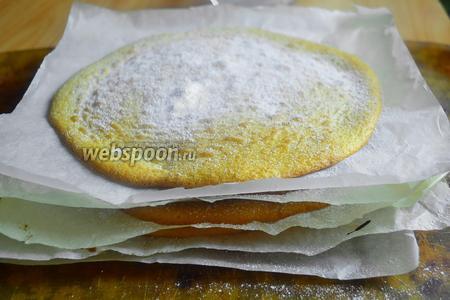 Выпекать по 7 минут каждый круг один за другим. Таким же способом приготовить другие 3 бисквита, если будете взбивать по 3 яйца. Каждый круг выкладывать один на другой присыпая сверху небольшое количество сахарной пудры.