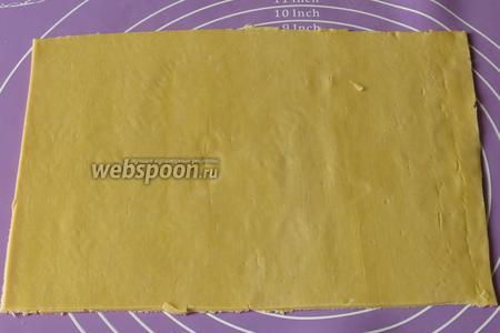 Кладём на поверхность тесто, выравниваем края.