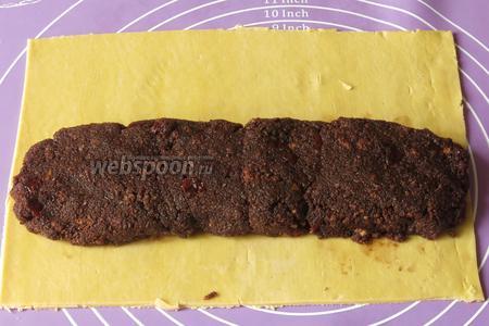 Выкладываем начинку колбаской.